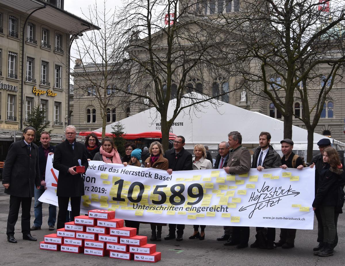 Die Vereinigung für eine Starke Region Basel/Nordwestschweiz freut sich, dass die Petition «Ja zum Herzstück Basel. Jetzt.» heute mit über 10'500 Unterschriften überreicht wurde.